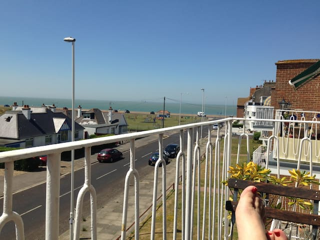 Glorious balcony and sea views! - Birchington-on-Sea - 公寓