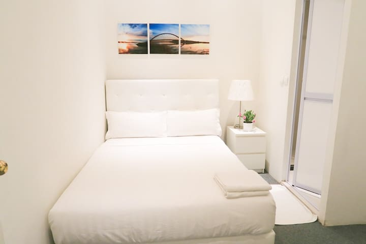 NEW Comfy Bedroom Suite /WIFI near Orchard/Somerse