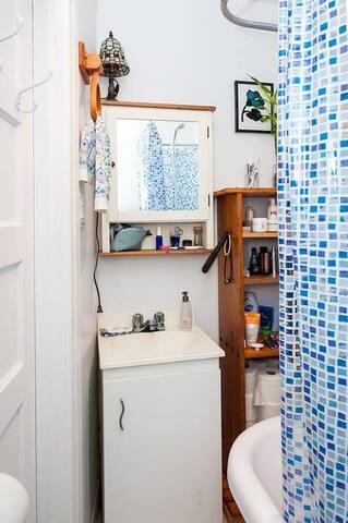Salle de bains typiquement montréalaise (pas très grande mais avec tous les essentiels!)