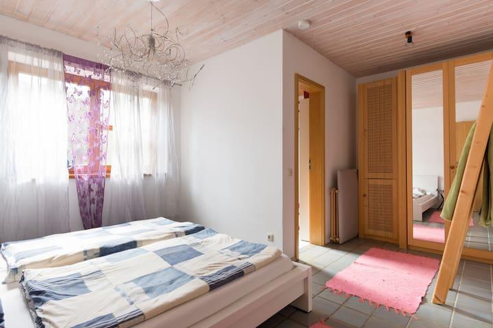 Schlafzimmer mit Kleiderschrank . die Tür führt ins Bad