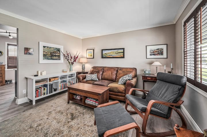 Delightful Inner City,  Entire 2 Level Townhome