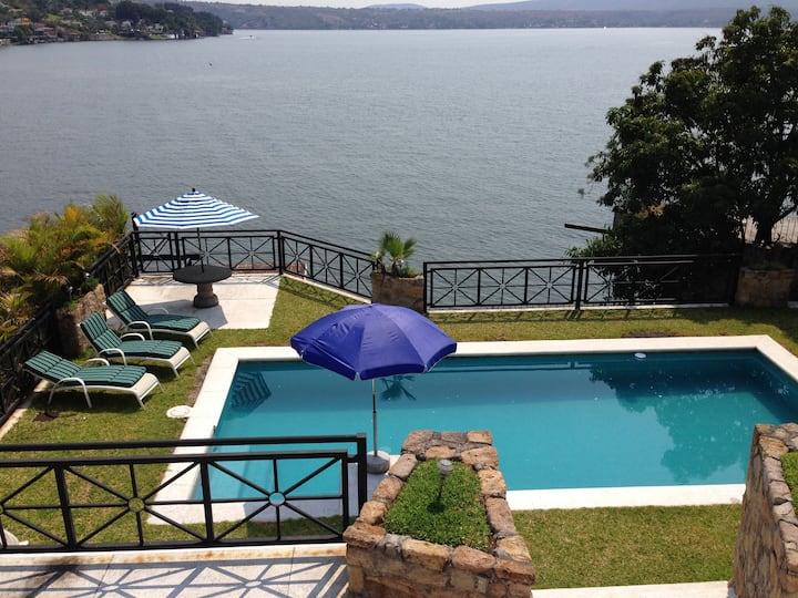 Villa Tequesquitengo. Orilla lago.