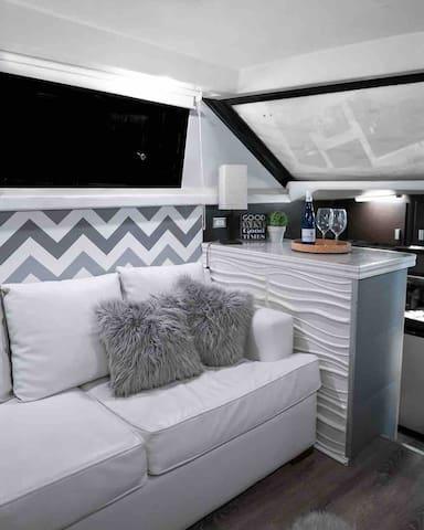 Sala con sofá cama en piel
