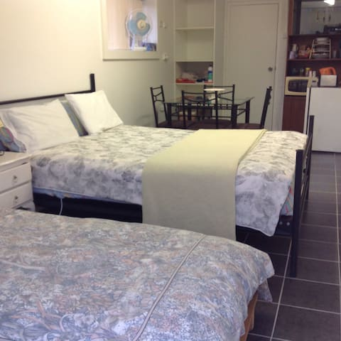 Studio apartment with shower/toilet - Batemans Bay - Apartment