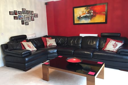 Modern 3 bedroom and 3 bathroom house in Uxbridge - Uxbridge