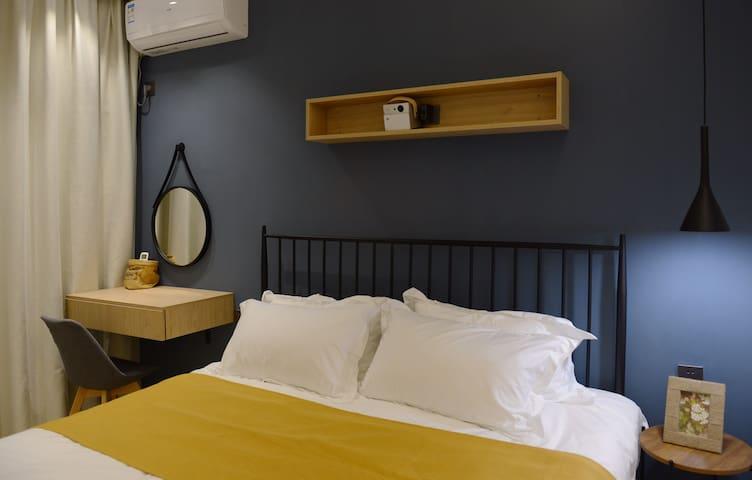 这是卧室哦,超大投影,独享的家庭影院,ins风的铁艺床,维也纳酒店级别的床垫,五星级酒店级别的床上用品