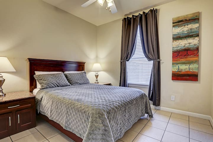 77036,4 twin beds +sofa bed, kitchen,Wifi, gated