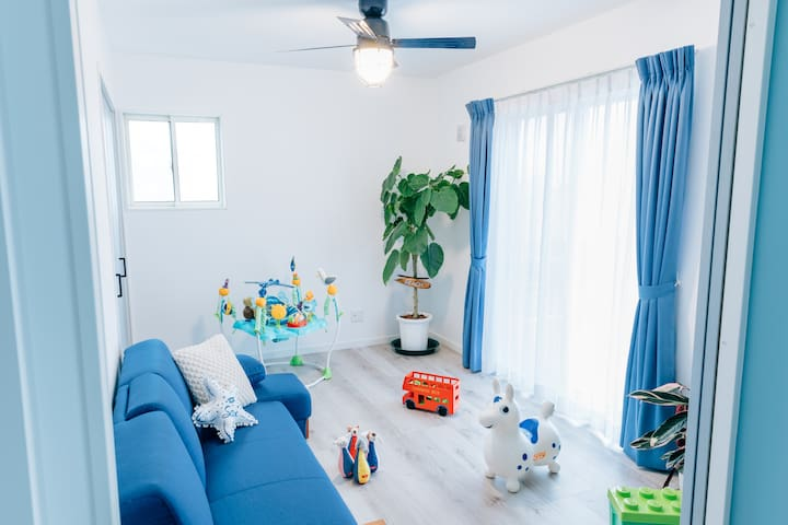お子様連れのご家族にはご希望があればおもちゃもご用意できます. 1sofa bed+2Japanese futon(mattress)
