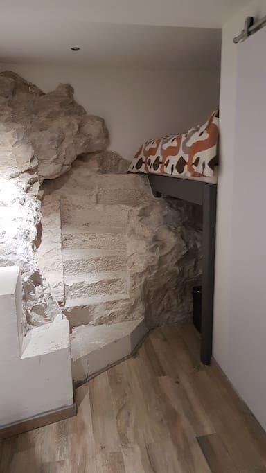 Lit 2 place encastré dans la roche