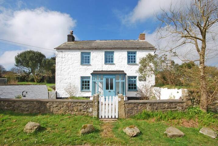 Cornish cottage in peaceful village location.