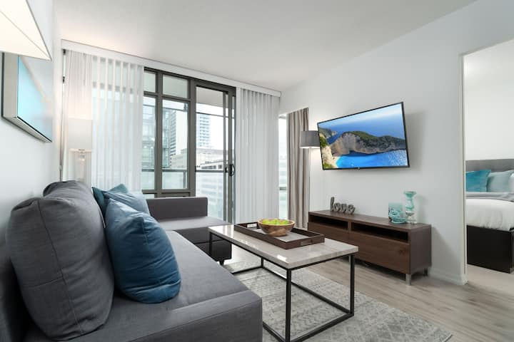 Modern, Central Condo in Financial/Discovery Dist.