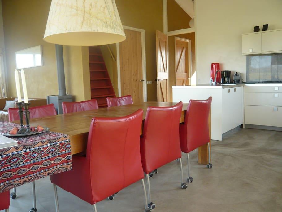 Stamtafel met luxe stoelen, voor lang tafelen - lezen - spellen.