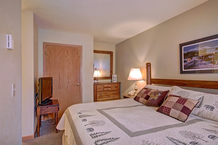 Cozy and Charming Hotel Room with Queen-Sized Bed Minutes from Slopes
