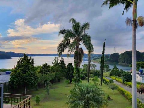 Casa com piscina e jacuzzi com vista para lago.