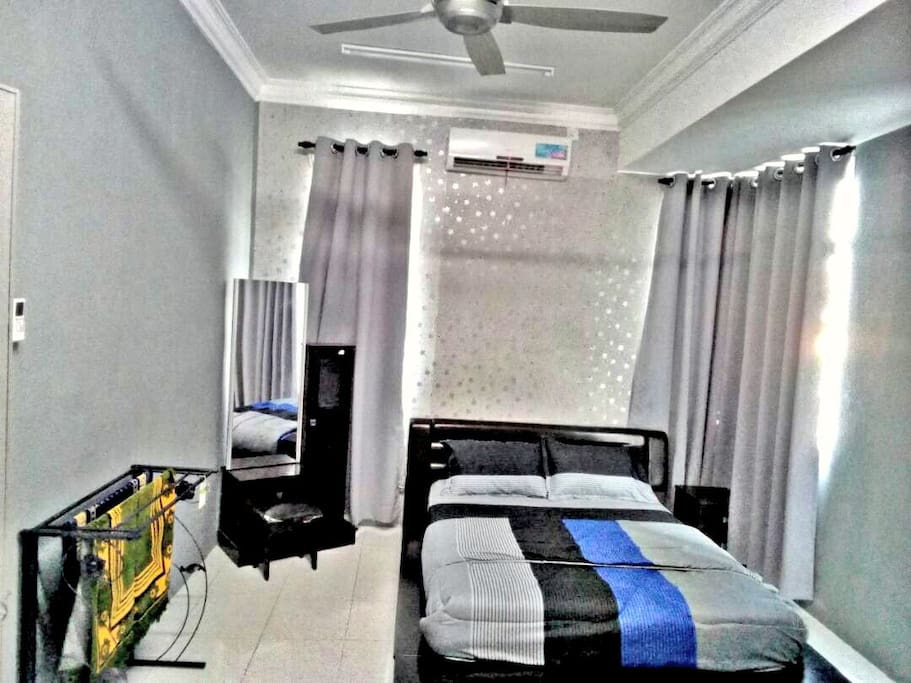 Spacious masterbedroom with balcony and attached bathroom