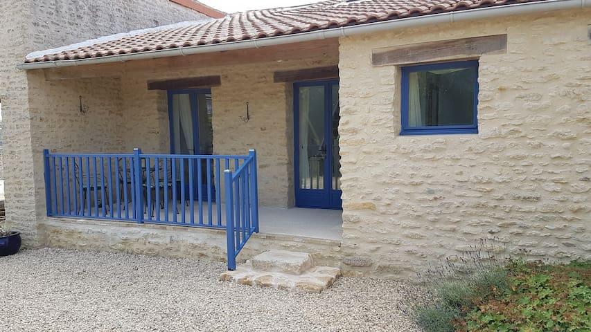 Petite Maison Bleue-Exclusive 8m x 4m heated pool