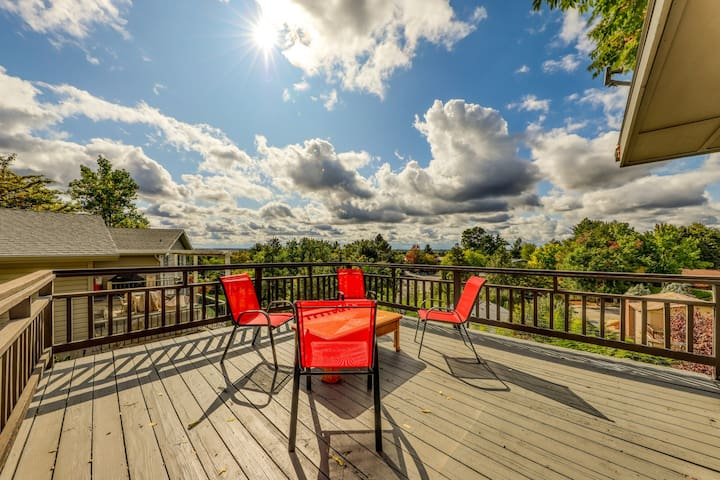Spacious foothills home w/ private hot tub, deck & beautiful views!