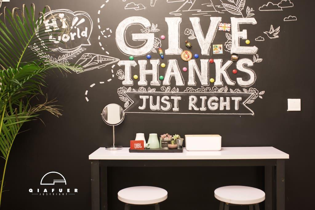 客厅黑板柒墙(也是房主自己画的)/吧桌、吧凳