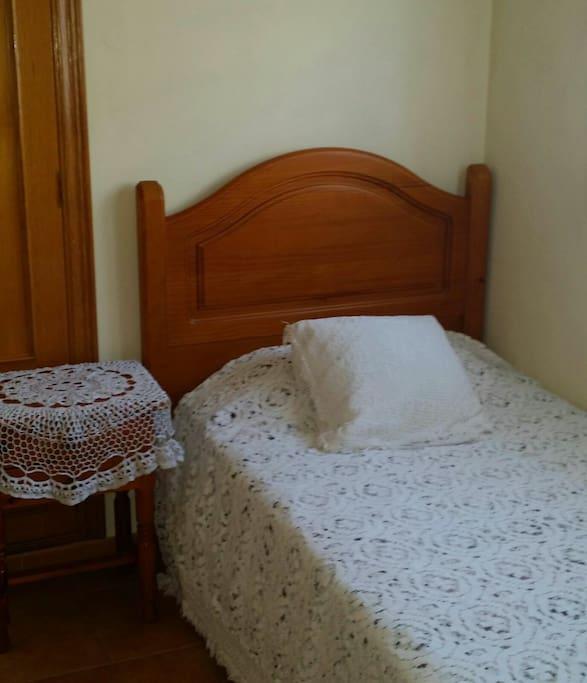 Primera habitación es pequeña pero muy acogedora ,con armario y disponible internet en ella