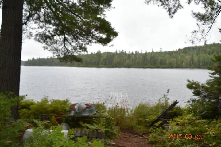 camp isolé sur un lac pour les amants de la nature