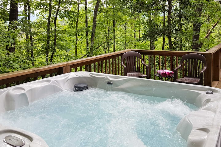 'Nature's Retreat' w/Hot Tub - 7 Mi to Bryson City