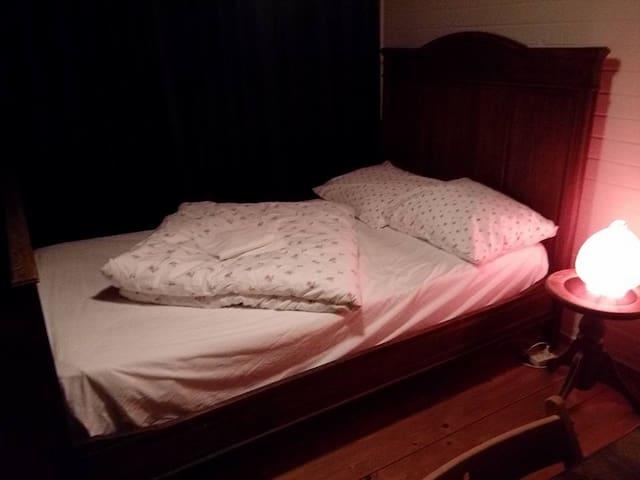 Kamer met een twee persoons bed