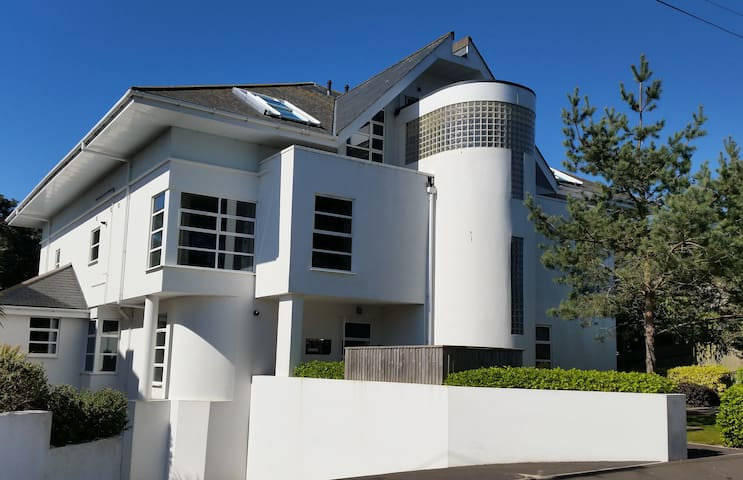 Contemporary 3 bedroomed apartment on Sandbanks