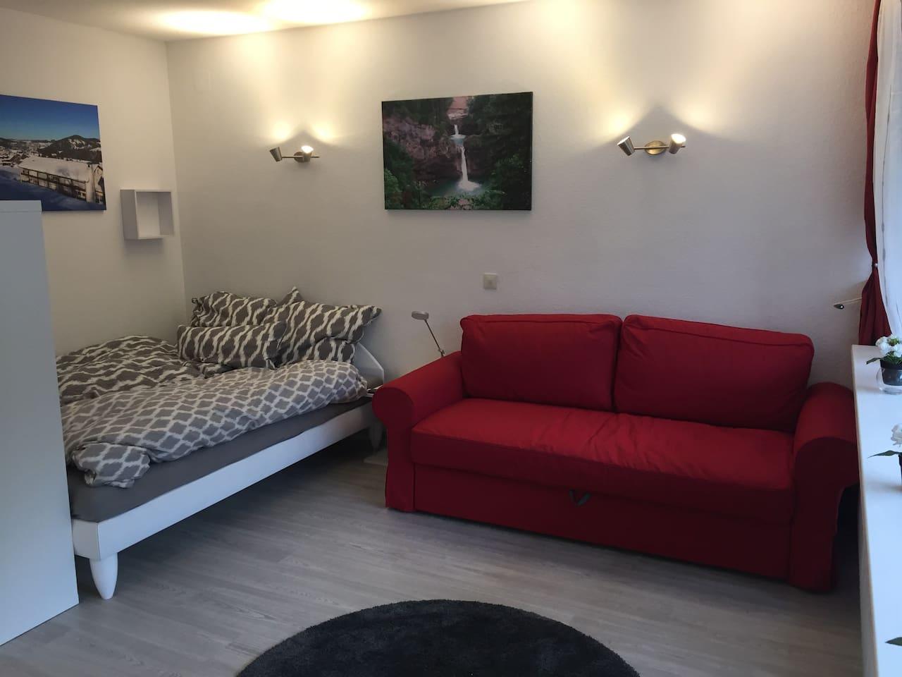 Ein Doppelbett  und ein ausziehbares Sofa mit je 1,60m Breite