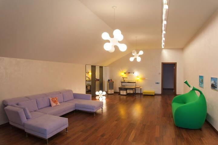 Дом площадью 1800 кв. м.