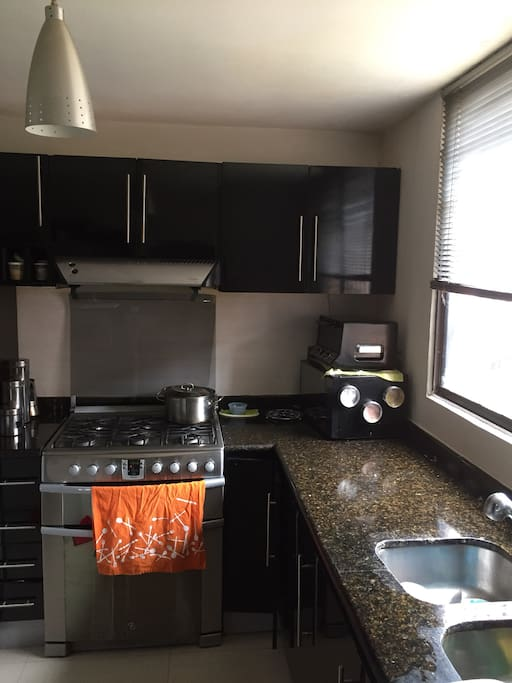 Cocina empotrada nevera de dos puertas cocina a gas. Lavadora y secadora