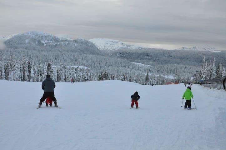 Family Condo w/ Seasonal pool  - Mt Washington, BC
