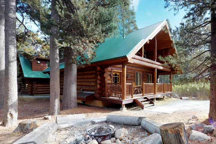 Custom-built log cabin w/ huge deck & great location steps from Huntington Lake