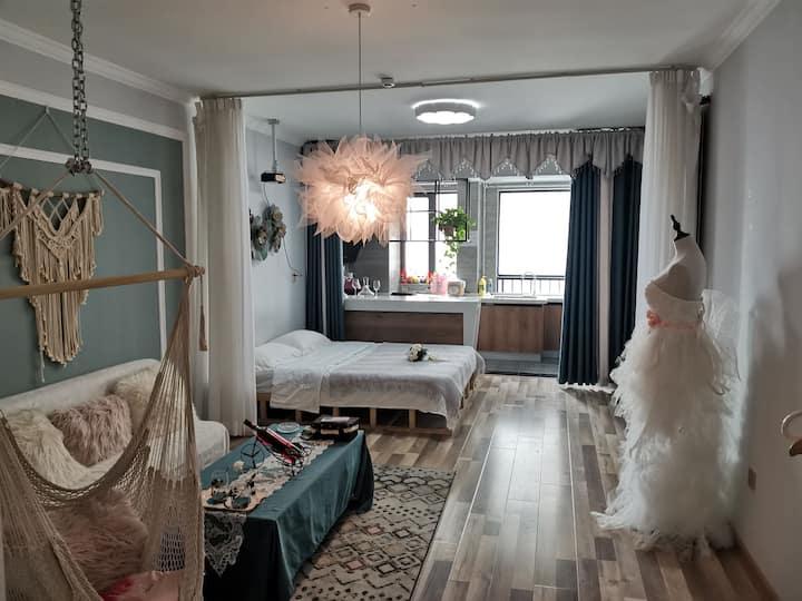 洛神宫精装投影,秋千,大软床,WIFI,空调,热水器,沙发,茶几,冰箱,洗衣机,晾衣架