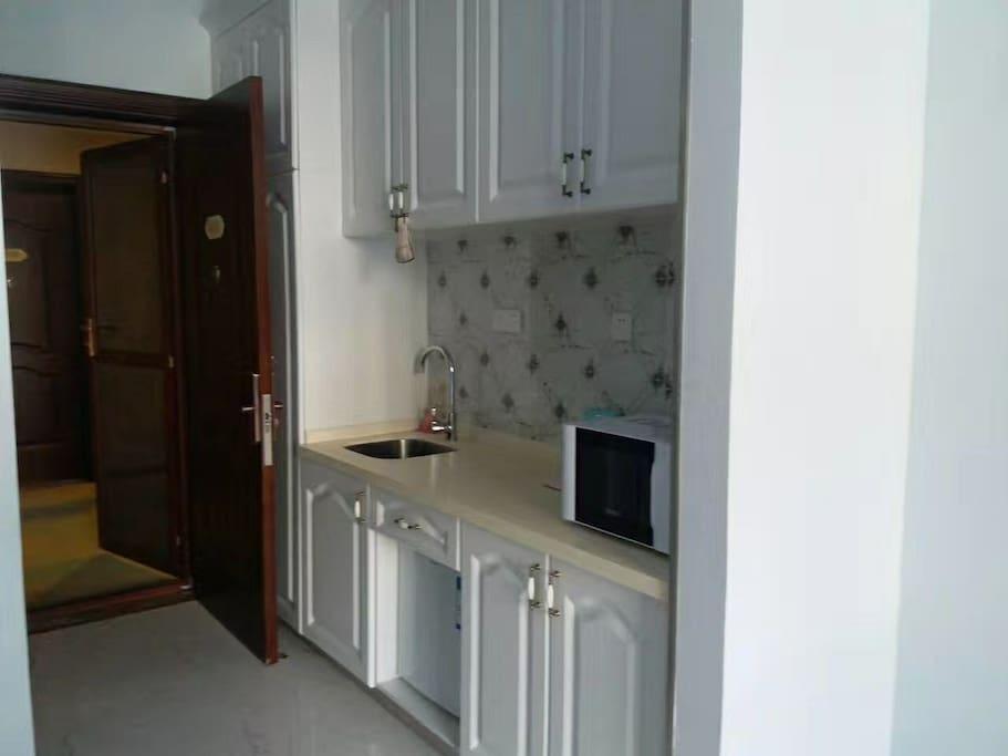 该房间为顾客配备了微波炉  跟冰箱