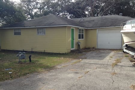 Clean 2 bedroom house 20 miles east of Houston - Highlands