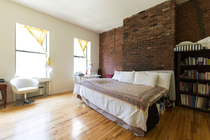 Sunlit cozy studio apt in UWS (70s) - New York - Byt