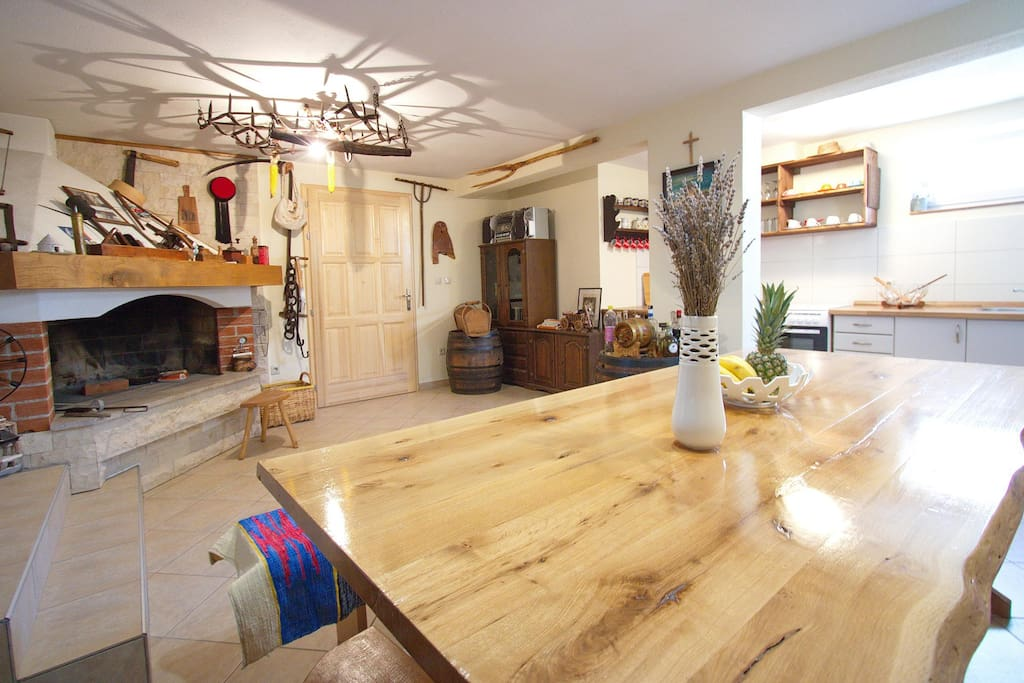 Wohnraum mit grossem Kamin