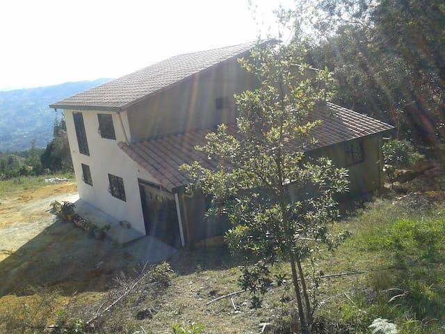 Casa Campestre en Guarne entre Medellin y Rionegro - Guarne - Misafir suiti