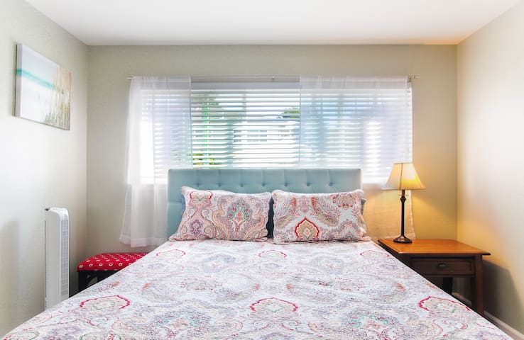 Private cozy bedroom with pool view - Menlo Park - Apartment