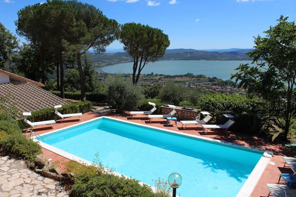 Beautiful lake view swimming pool relax villas for for Mobili 82 tuoro sul trasimeno