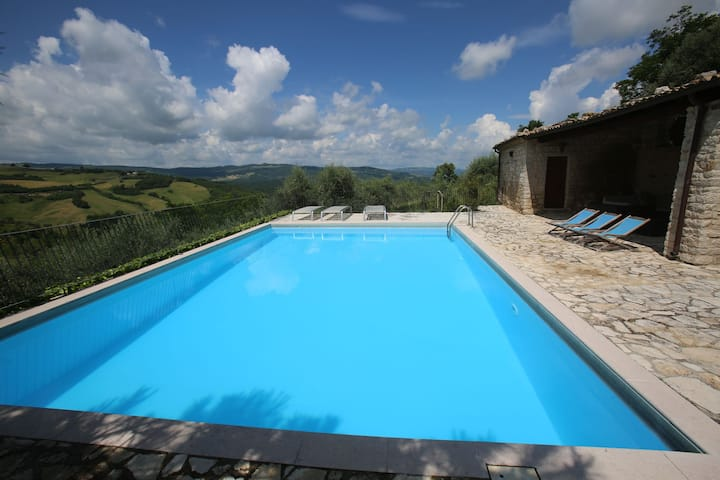 House with pool, garden and wifi in medieval village, with panoramic views.