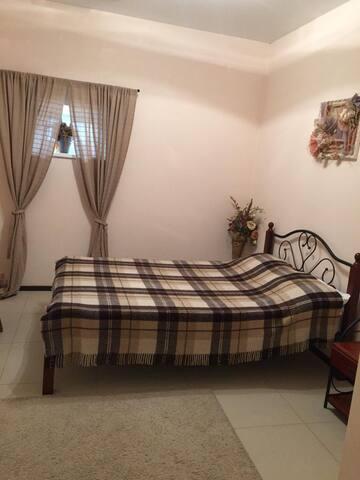 Спальня для гостей. При желании можно поставить детскую кровать .