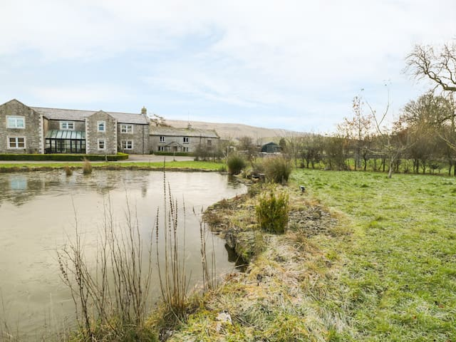 HILLSIDE FARM, luxury holiday cottage in Kirkby Stephen, Ref 951600