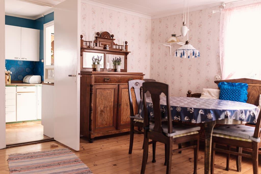 Matrum och dörr mot kök