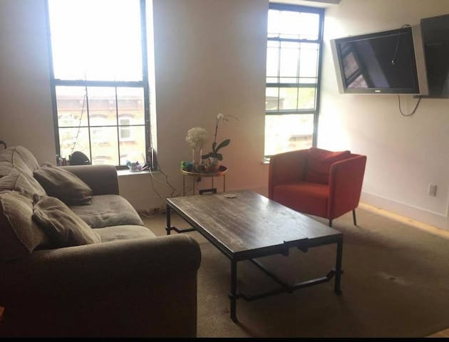 Lovely room in Wiliamsburg next to subway Bedford