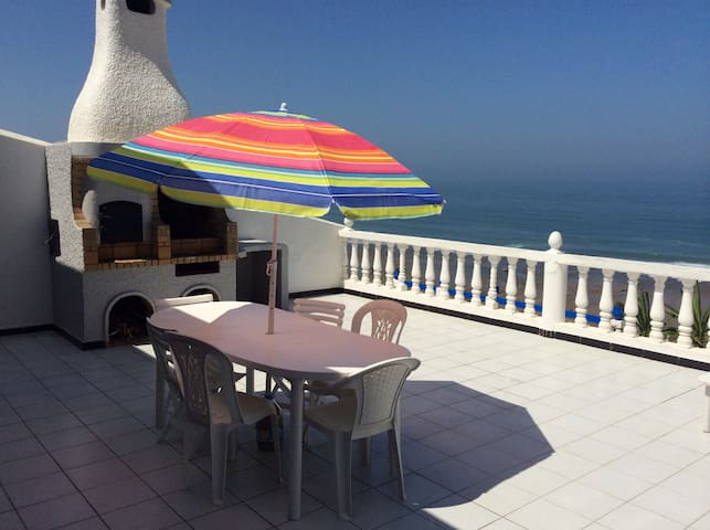 terrasse avec barbecue, table,chaises et parasol