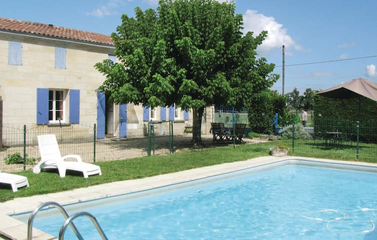 Holiday cottage with 3 bedrooms on 100 m² in Abzac
