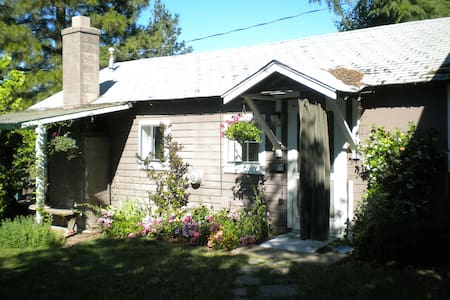 Private downtown gardenview cottage - Ashland - Rumah