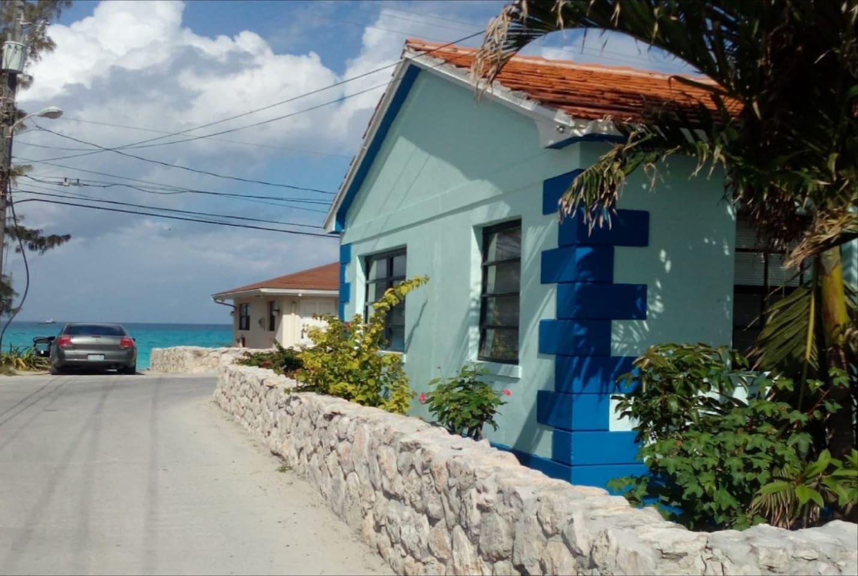 Beautiful 2 bedroom 2 bath house just feet from the best public beach in Bimini.  Restaurants, bars, bank, grocery store, straw market 5 minutes walk.
