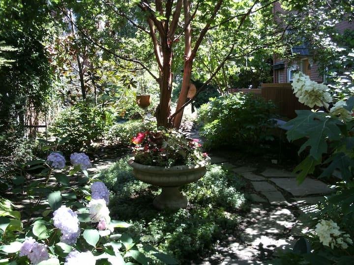 Hidden Garden Apartment